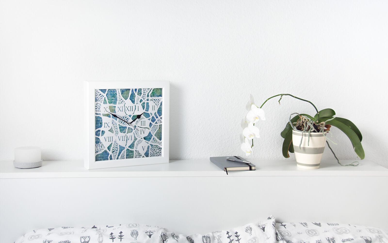Lautlose Regaluhr mit Beleuchtung im Schlafzimmer