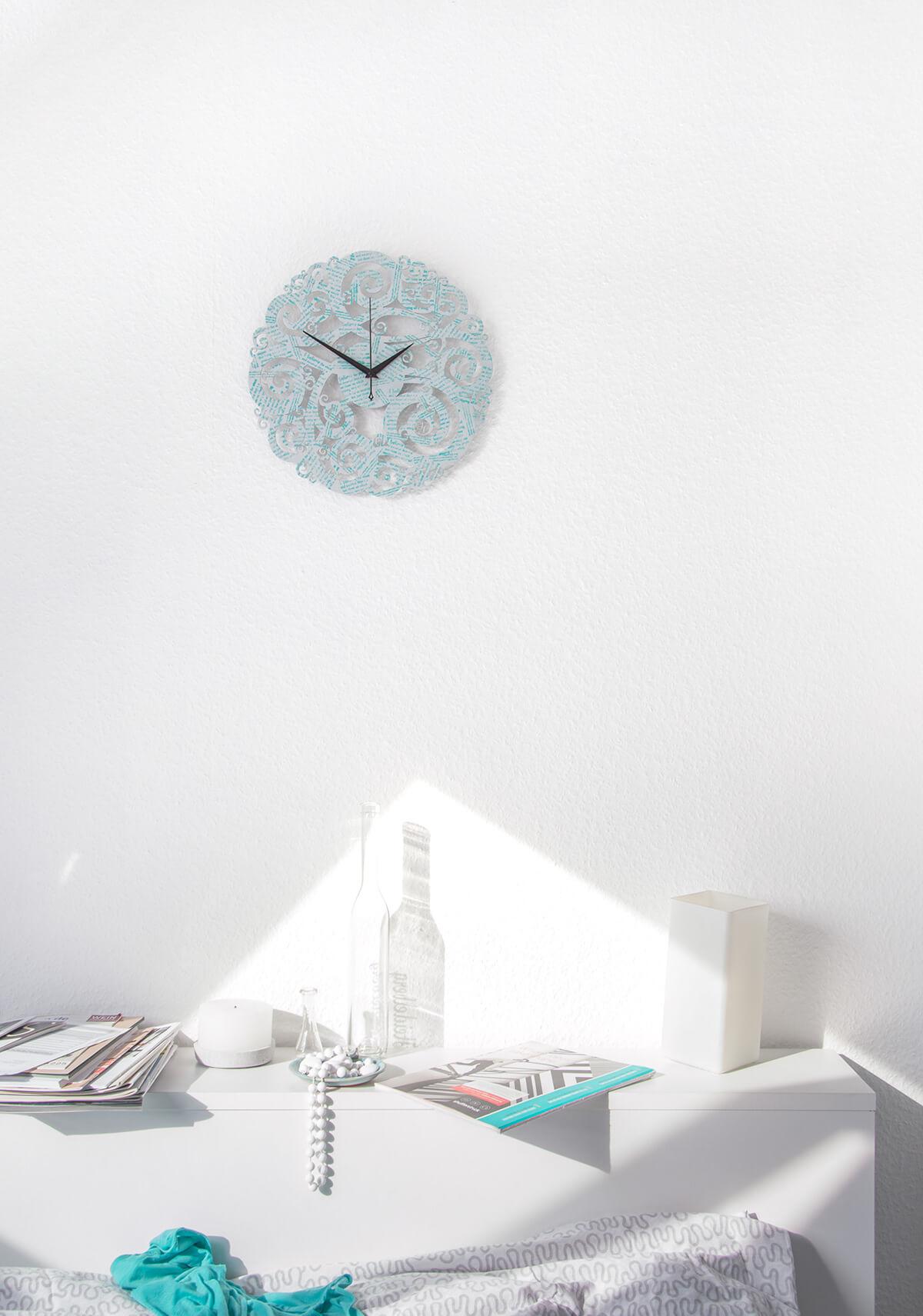au ergew hnliche wanduhr in silber und turkis i believe iii wanduhren design atelier. Black Bedroom Furniture Sets. Home Design Ideas