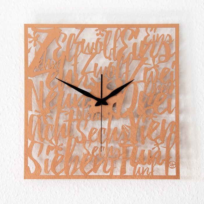 Typografische Wanduhr aus Holz.