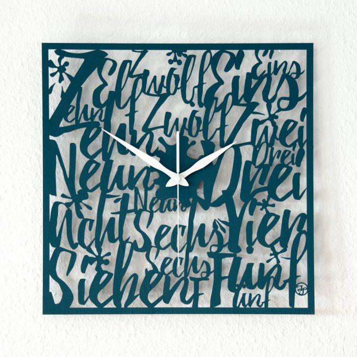 Außergewöhnliche Wanduhr mit Buchstaben aus Holz